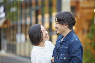 笑顔のカップルの写真素材 [FYI04574222]
