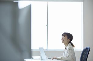パソコンを使って働く女性の写真素材 [FYI04574243]