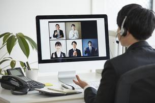 リモート会議をするビジネスマンの写真素材 [FYI04574250]