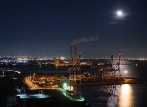 月に照らされる四日市港コンテナターミナルの写真素材 [FYI04574326]