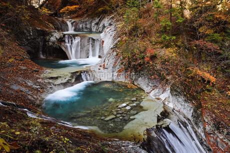 秋の西沢渓谷 七ツ釜五段の滝の写真素材 [FYI04574337]
