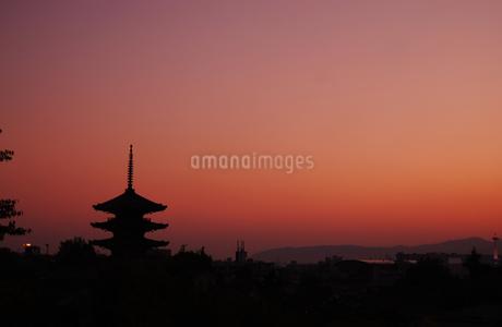 京都観光 夕焼けの八坂の塔の写真素材 [FYI04574348]