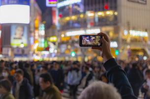 東京都 渋谷センター街の夜景とスマートフォンの写真素材 [FYI04574357]