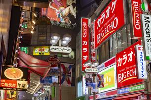 東京都 渋谷センター街の夜景 の写真素材 [FYI04574362]