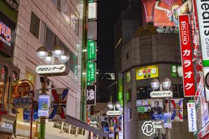 東京都 渋谷センター街の夜景 の写真素材 [FYI04574363]