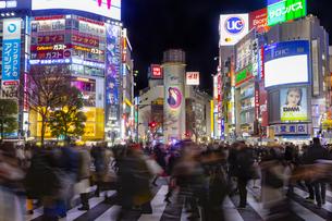 東京都 渋谷センター街の夜景 の写真素材 [FYI04574377]