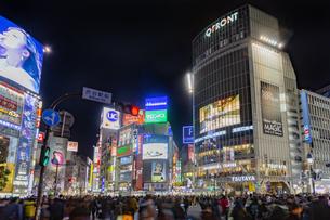 東京都 渋谷センター街の夜景 の写真素材 [FYI04574382]