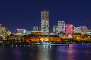神奈川県 横浜市 夜の赤レンガ倉庫の写真素材 [FYI04574432]