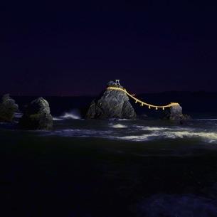 暗闇にライトアップされて浮かび上がる二見浦の夫婦岩の写真素材 [FYI04574470]