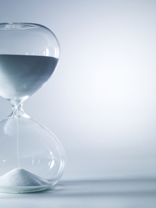 シンプルな砂時計のイメージの写真素材 [FYI04575842]