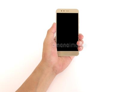 スマートフォンを持つ中年男性の手の写真素材 [FYI04575927]