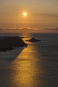 利尻島からの夕日の写真素材 [FYI04576043]