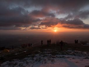 鈴塚山脈の入道ヶ岳から初日の出を眺める人々の写真素材 [FYI04576127]