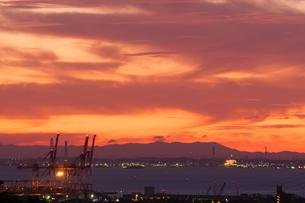 朝焼けに染まる四日市港と伊勢湾の写真素材 [FYI04576134]