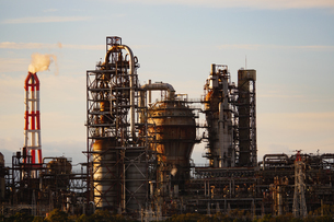 夕日に照らされる四日市コンビナートの煙突と石油化学工場の写真素材 [FYI04576137]