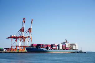 四日市港の霞岸壁に接岸するコンテナ船とコンテナクレーンの写真素材 [FYI04576140]