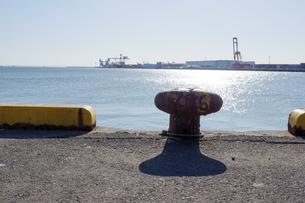 港のきらめく海とビットの写真素材 [FYI04576144]