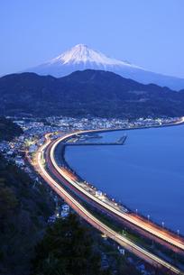 静岡県 駿河湾岸を走る光跡と富士山の写真素材 [FYI04576179]