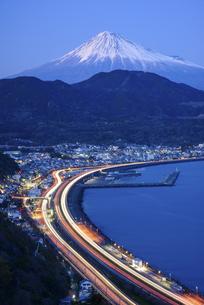 静岡県 駿河湾岸を走る光跡と富士山の写真素材 [FYI04576182]