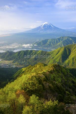 山梨県 新緑の山並みと富士山の写真素材 [FYI04576197]