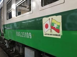 ミャンマー、ヤンゴン・セントラル・レイルウェイ・ステーションにあるJR東日本の車両の写真素材 [FYI04576480]