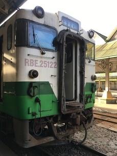 ミャンマー、ヤンゴン・セントラル・レイルウェイ・ステーションにあるJR東日本の車両の写真素材 [FYI04576483]