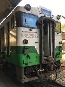 ミャンマー、ヤンゴン・セントラル・レイルウェイ・ステーションにあるJR東日本の車両の写真素材 [FYI04576485]
