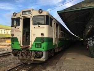 ミャンマー、ヤンゴン・セントラル・レイルウェイ・ステーションにあるJR東日本の車両の写真素材 [FYI04576486]