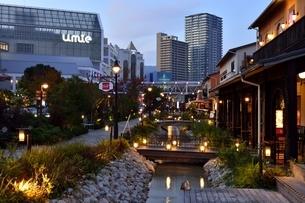 神戸,黄昏とハーバーランドモザイクの街並みの写真素材 [FYI04576652]