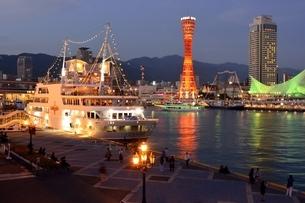 神戸,夜景のハーバーランドモザイク神戸港に停泊の写真素材 [FYI04576659]
