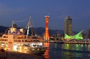 神戸,夜景のハーバーランドモザイク神戸港に停泊の写真素材 [FYI04576661]