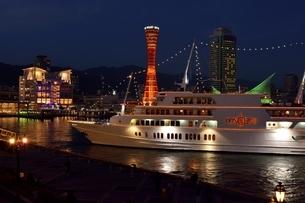 神戸,夜景のハーバーランドモザイクに観光船が入港の写真素材 [FYI04576663]