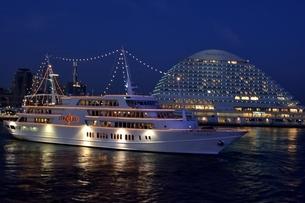 神戸,夜景のハーバーランドモザイクから観光船が出港の写真素材 [FYI04576665]