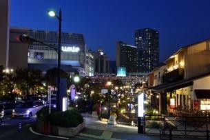 神戸,ハーバーランドモザイク街並みの夜景の写真素材 [FYI04576670]