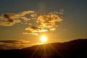 西宮,六甲山並みに沈む太陽の写真素材 [FYI04576709]