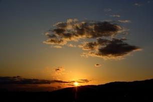西宮,六甲山並みに沈む太陽の写真素材 [FYI04576712]