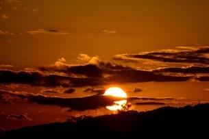 西宮,六甲山並みに沈む太陽の写真素材 [FYI04576713]