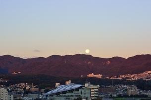 西宮,早朝の六甲山並みに満月が沈むの写真素材 [FYI04576723]