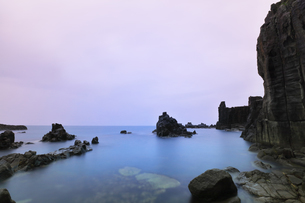 朝の東尋坊と日本海の写真素材 [FYI04576741]