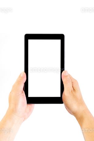 タブレットを両手で持つ中年男性の手の写真素材 [FYI04576748]