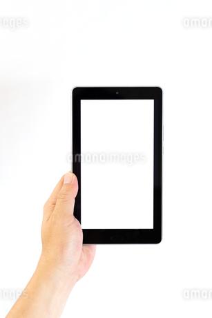 タブレットを持つ中年男性の手の写真素材 [FYI04576749]
