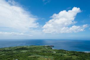 高台から見る水平線の見える海と緑の平原の写真素材 [FYI04576762]