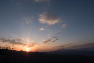 山々から出てくる朝日の写真素材 [FYI04576854]