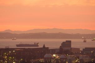 朝焼けに染まる四日市港と伊勢湾を往来する船舶の写真素材 [FYI04576855]