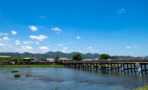 京都 嵐山 渡月橋の写真素材 [FYI04576875]