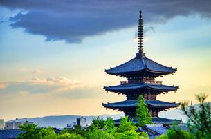 京都 八坂の塔 夕景の写真素材 [FYI04576881]