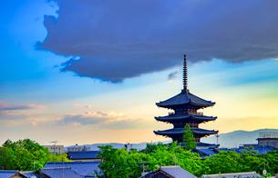 京都 八坂の塔 夕景の写真素材 [FYI04576882]