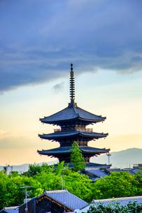 京都 八坂の塔 夕景の写真素材 [FYI04576884]