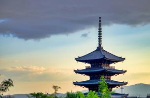 京都 八坂の塔 夕景の写真素材 [FYI04576885]