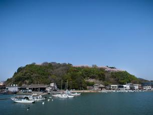 岡山県笠岡市 船上より(笠岡諸島への航路)見た桜の古城山公園の写真素材 [FYI04577014]